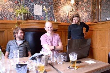 Brainstorm met Nicky, Theo en Hannah in een café. Een laptop staat open.