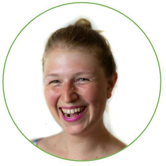 Lachende vrouw in groen rondje met witte achtergrond