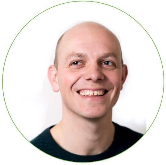 Portretfoto Tekenaar Theo Danes met witte achtergrond