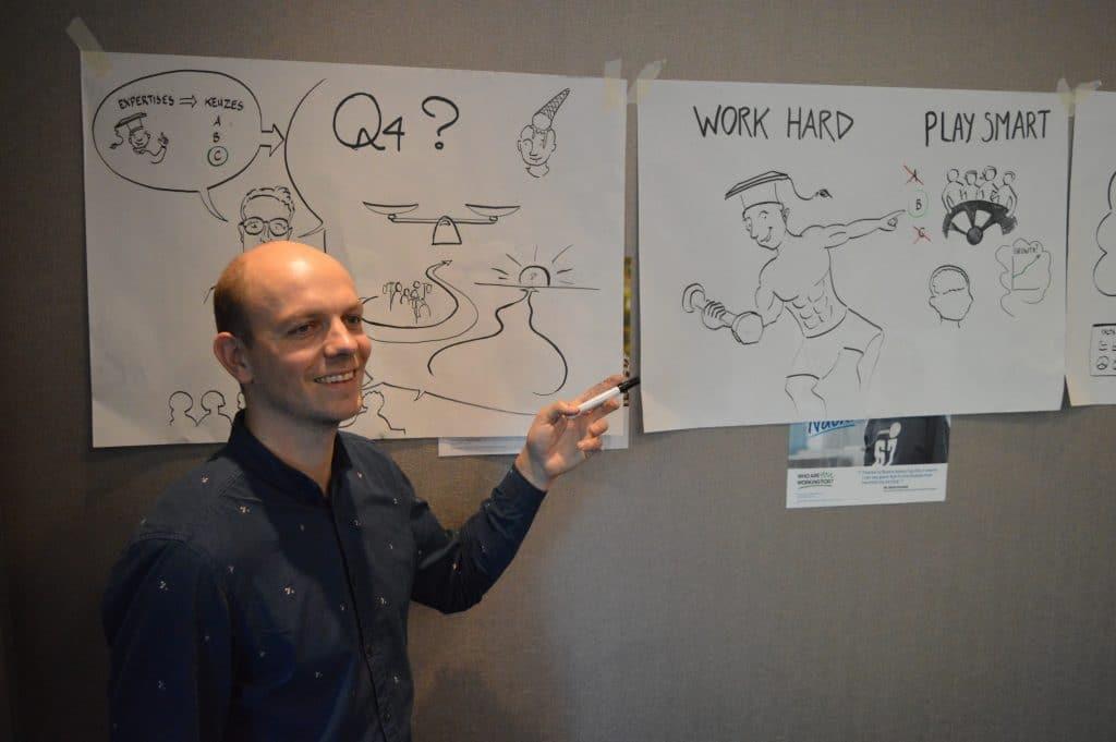 man met stift wijst naar tekening tijdens presentatie